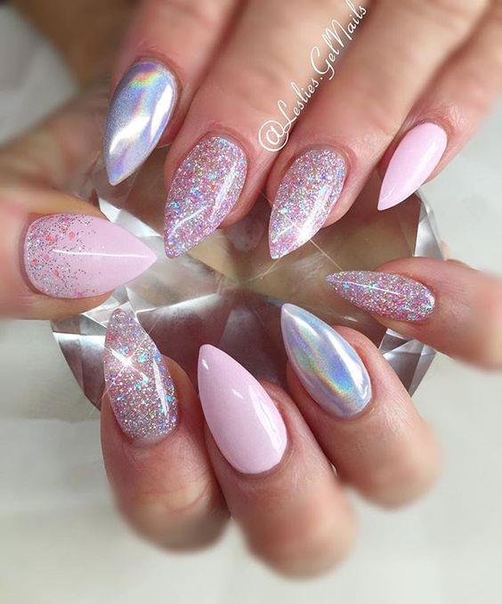 Nailr art glitter e olografica ispirata agli unicorni
