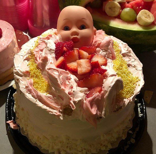 Teresa Palmer festeggia l'attesa della terza figlia con una strana torta