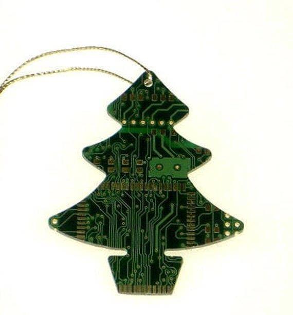 Albero di Natale con disegnati i circuiti