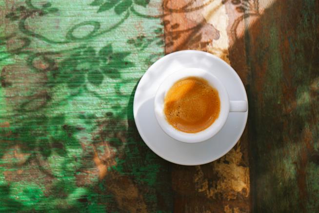 Una tazzina di caffè espresso ripresa dall'alto