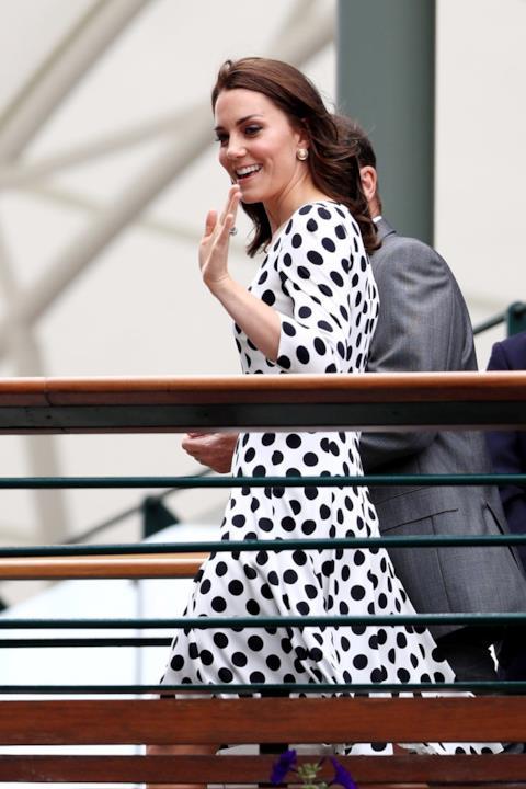 Kate Middleton a Wimbledon saluta il pubblico