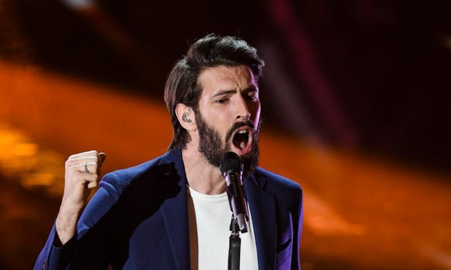 Giovanni Caccamo canta sul palco dell'Ariston