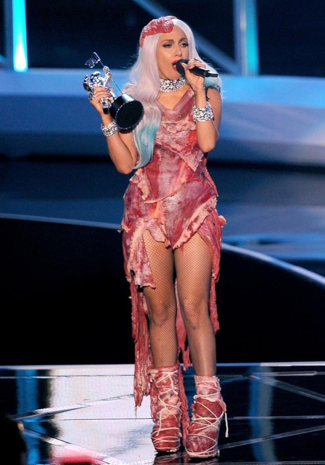 Lady Gaga con il suo abito di carne agli MTV Video Music Awards 2010