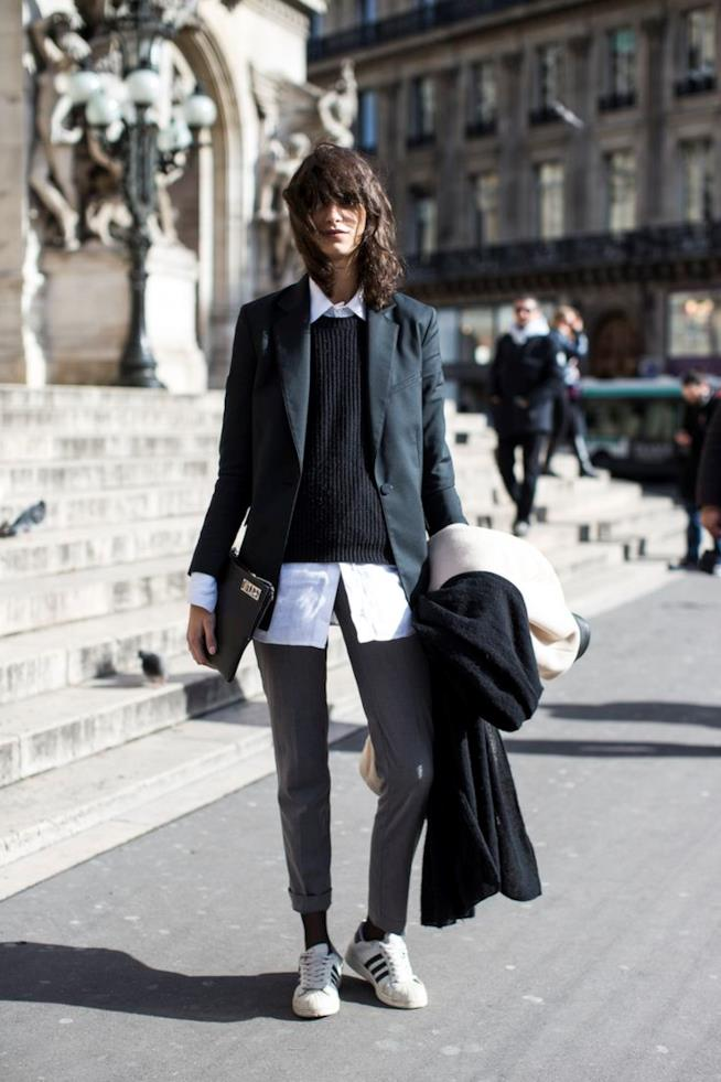 Sneakers e pantalone elegante