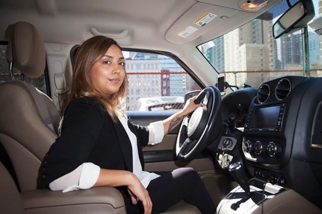 Una donna sull'auto di Uber
