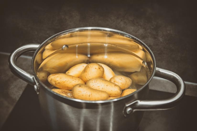Come pelare le patate senza scottarsi