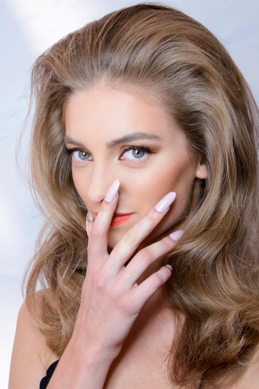Nail art rosa con unghie lunghe