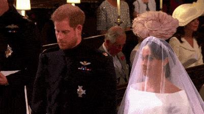 Harry e Meghan si scambiano un sorriso durante il Royal Wedding