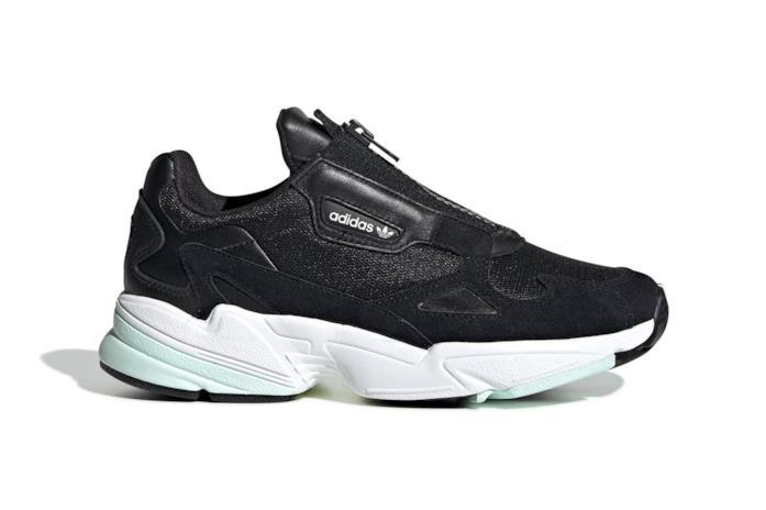 Sneaker modello Adidas Falcon con zip nella colorazione nera