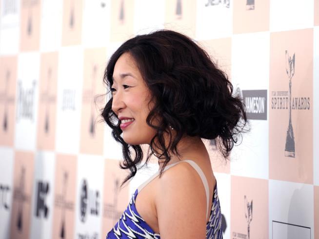 Un sorridente primo piano di Sandra Oh