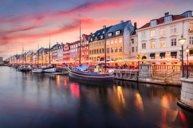 La case colorate e le barche ormeggiate sul fiume alla luce del tramonto