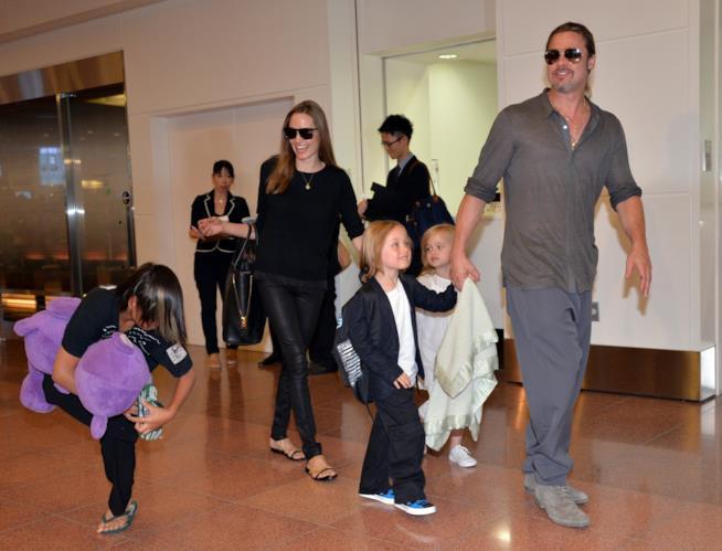 Angelina Jolie e Brad Pitt con i loro figli alcuni anni fa