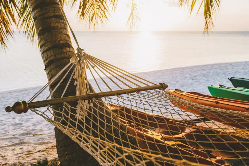 Amaca e barche su una spiaggia nell'atollo di Ari