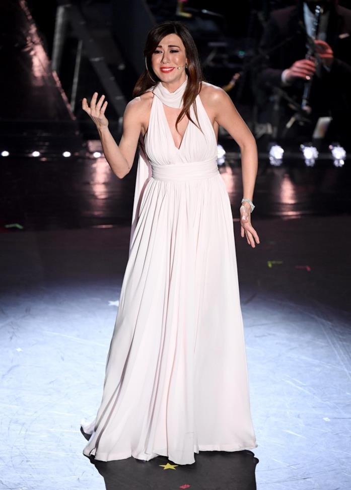 L'abito total white di Virginia Raffaele