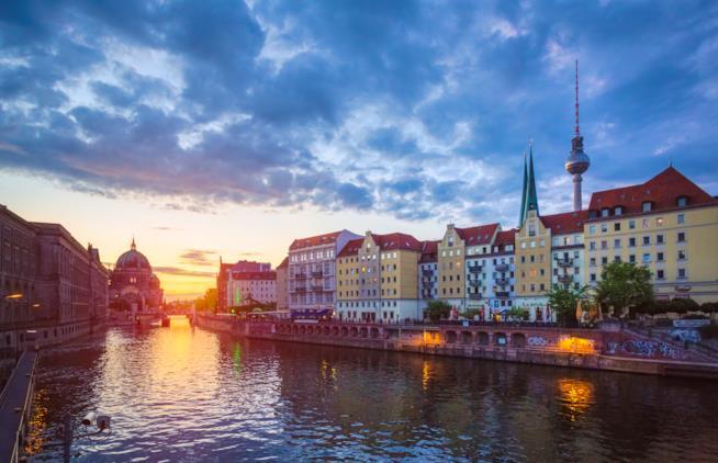 immagine di Berlino vista dal fiume Sprea all'imbrunire