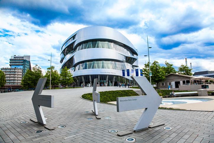 La facciata futuristica del Mercedes-Benz Museum caratterizzata da linee ovali.