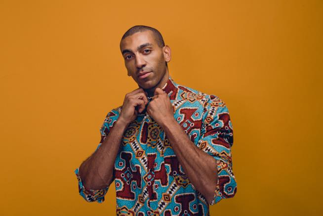 Mudimbi con una camicia colorata