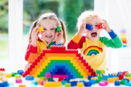 Due bambini giocano con i Lego