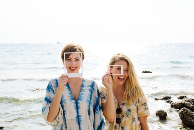 Due donne sorridono davanti l'obiettivo