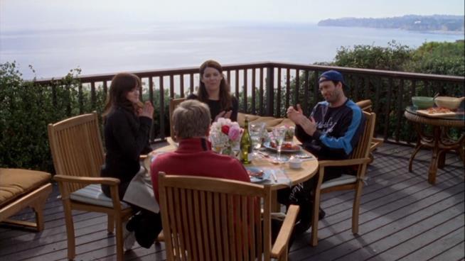 Rory, Luke, Lorelai e Logan seduti a tavola a fare il brunch