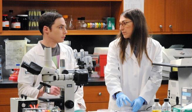 Sheldon e Amy insieme in una scena di The Big Bang Theory