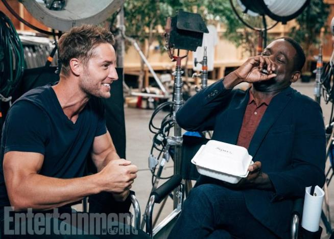 Justin Hartley e Sterling K. Brown in pausa sul set di This Is Us