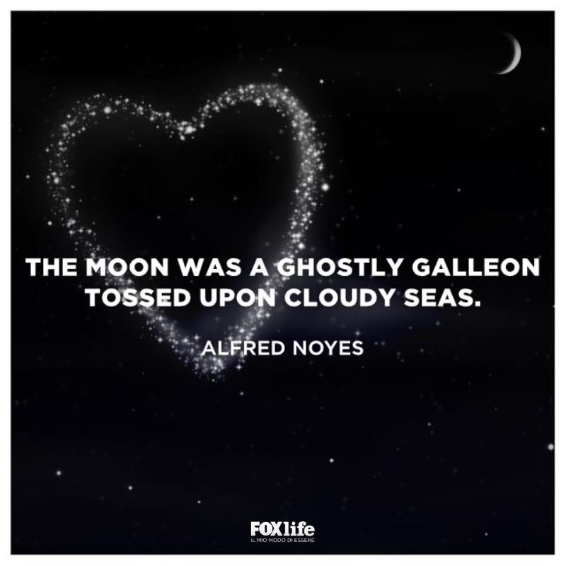 Mezza luna in un cielo stellato