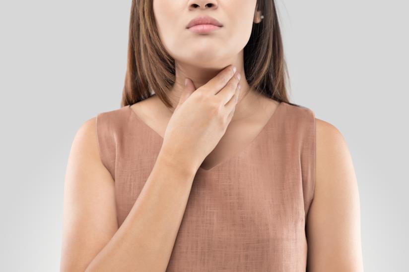 Tiroide di Hashimoto, donna che si tocca la gola