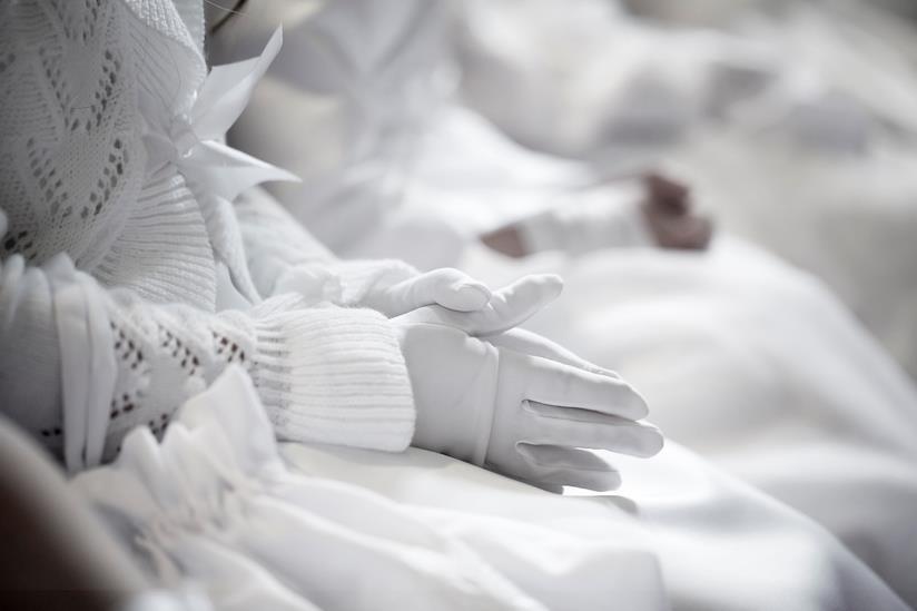 Dettaglio mani di bambina in preghiera