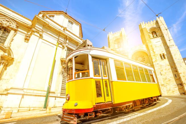 Vista dell'Alfama, con il tram 28 in primo piano