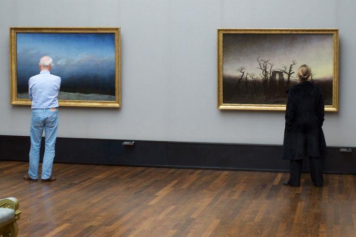 Due persone ammirano dei quadri