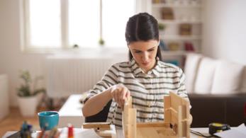 Una donna si concentra nella realizzazione di un oggetto