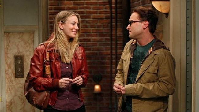Kaley Cuoco e Johnny Galecki in The Big Bang Theory