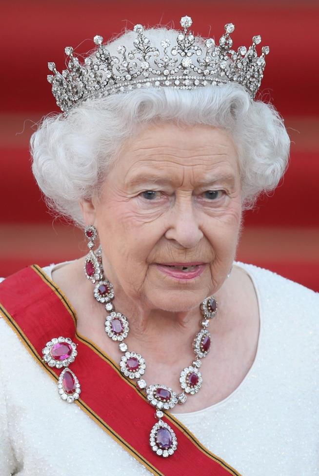 Elisabetta II in primo piano con la corona