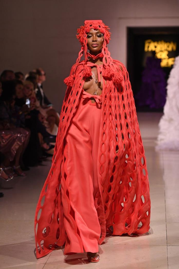 Naomi Campbell sfila per Fashion for Relief