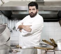 Lo chef Antonino Cannavacciuolo in posa ai fornelli