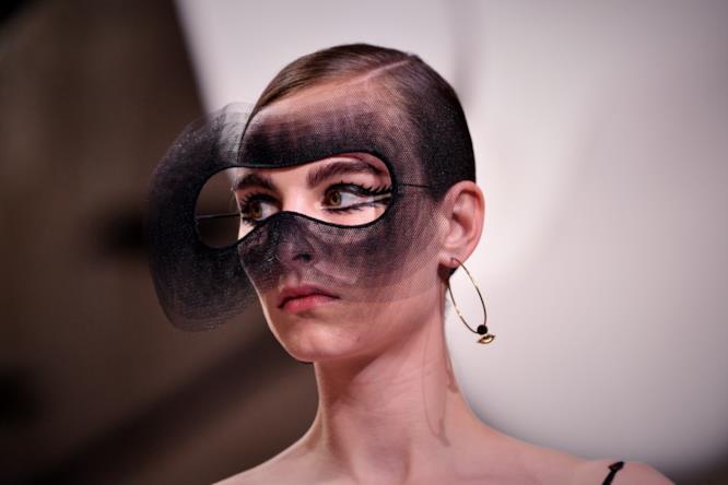 Maschera e ciglia allungate nella sfilata Dior.