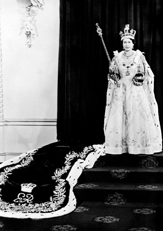 Il momento dell'incoronazione di Elisabetta II