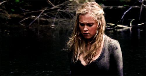 Eliza Taylor in una scena di The 100