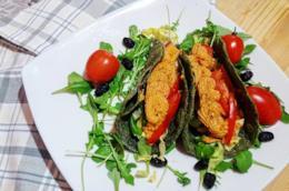 Piatto di verdura e crepe verdi