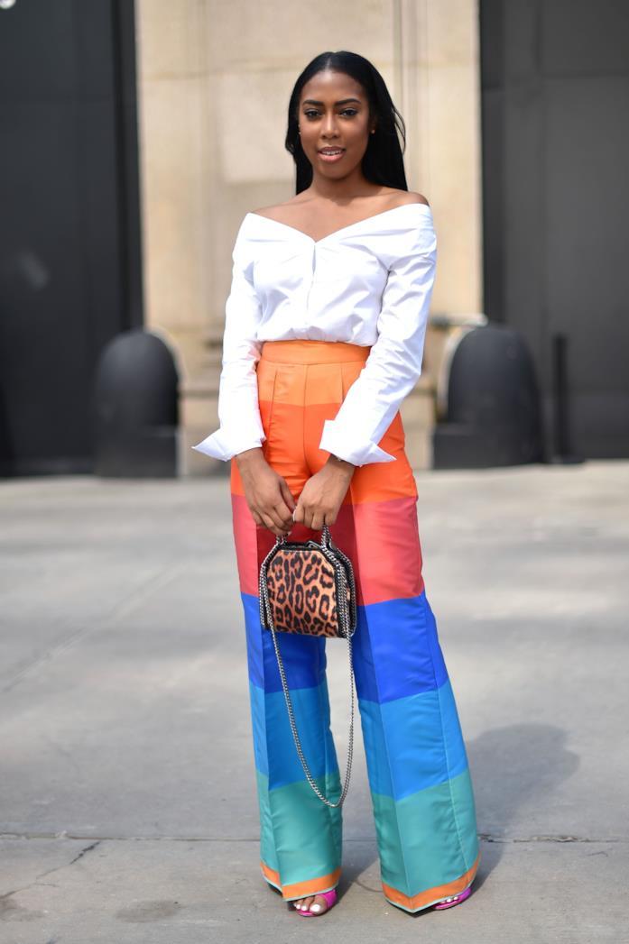 Camicia basic, pantaloni colorati e sandali