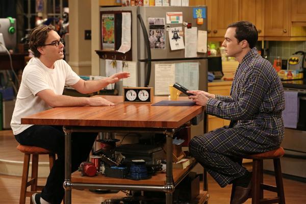 Leonard e Sheldon parlano in cucina