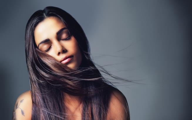 Ragazza con i capelli al vento