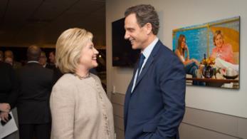 Hillary Clinton insieme a Tony Goldwyn mentre sorridono