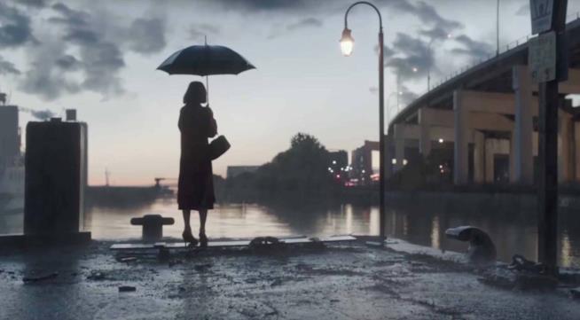 Di spalle, Elisa, protagonista del film La forma dell'acqua