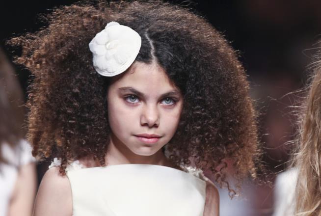Bambina con capelli ricci
