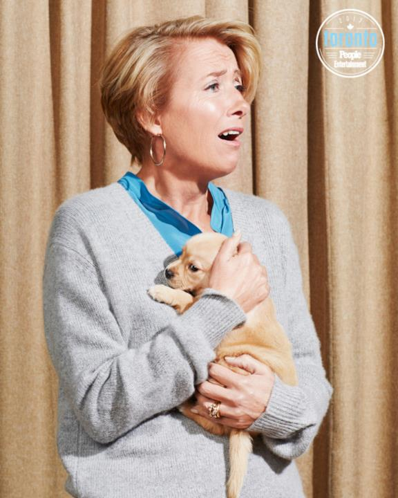 Emma Thompson tiene un cucciolo in braccio