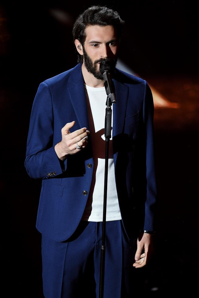 """Giovanni Caccamo canta """"Eterno"""" durante prima serata di Sanremo 2018"""