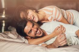 Una coppia di ragazzi si abbraccia sul letto