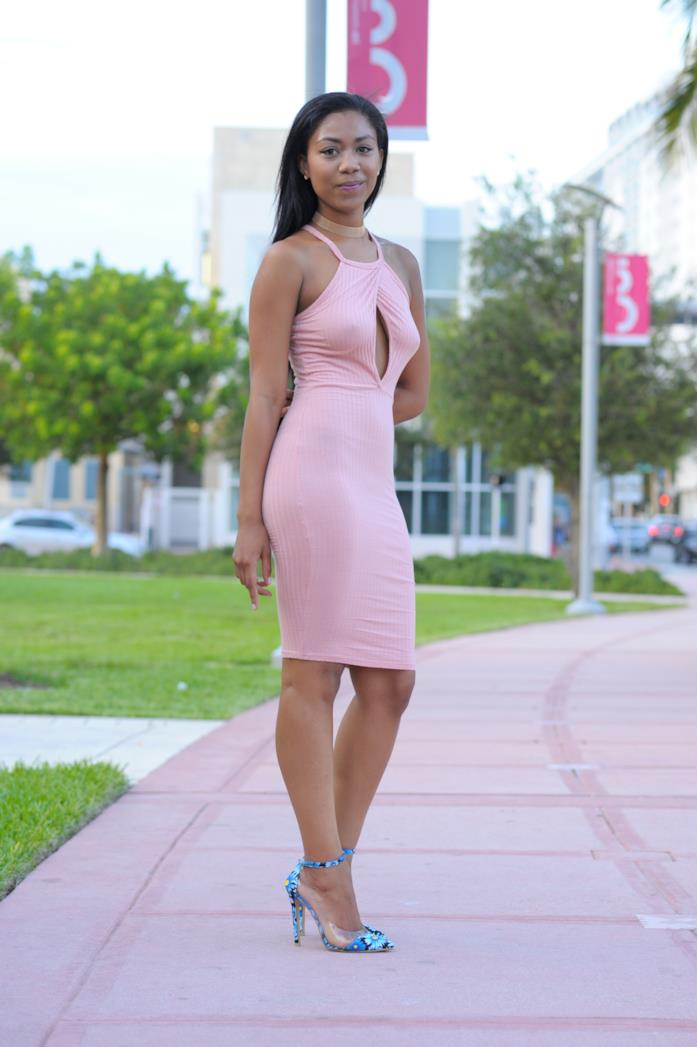 Abito midi rosa e sandali floreali
